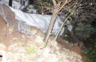 İstinat duvarı şiddetli yağışa dayanamadı