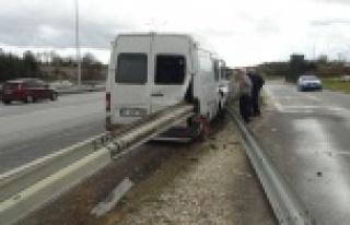 Antalya-Alanya yolunda çelik bariyer minibüse ok...