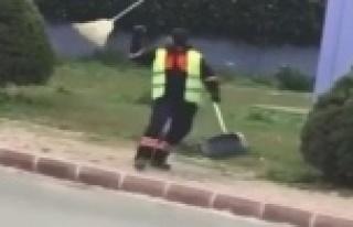 Süpürgesiyle dans ederek çöp toplayan işçi gülümsetti