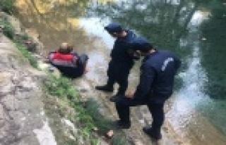 Suya düşen yaşlı kadını jandarma ekipleri kurtardı