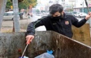 Çöp konteynerlerinden plastik toplayarak hazırlandığı...