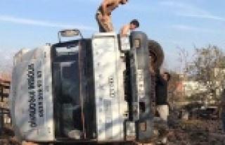 Freni boşalan saman yüklü kamyon duvarı yıkarak...