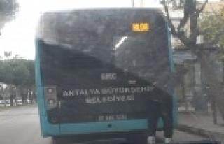 Otobüsün arkasına takılan patenli genç şoförün...
