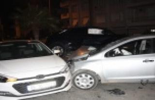 Üç aracın birbirine girdiği kazada kimsenin burnu...