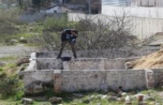 Duvarlarla örülü boş arazide erkek cesedi bulundu!