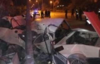 Kontrolden çıkan otomobil direğe çarptı: 1 ölü...
