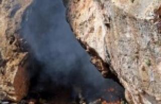 Mağaradan çıkan siyah dumanlar itfaiye ve polisi...