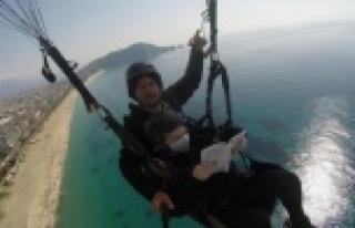 Alanya'da Yamaç paraşütünde kitap okuma keyfi