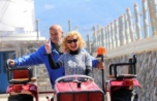 Alman çiftin Alanya sokaklarında traktörle tur...