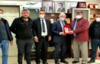 Esnaflar Başkan Demir'e plaket verdi