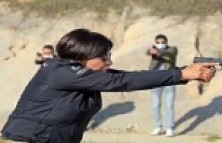 Kadın polislerin mermilerin gölgesindeki nefes kesen...