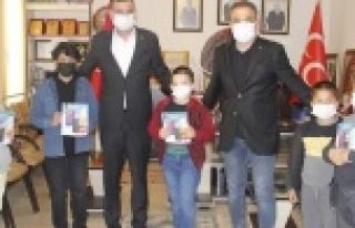 Türkdoğan öğrencilere tablet dağıttı