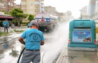 Alanya'da caddeler yıkanarak dezenfekte ediliyor