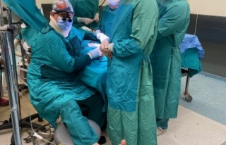 Ameliyat sırasında fenalaşan doktor ayağına serum...