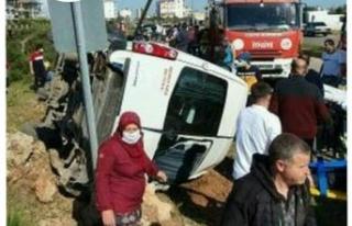 Antalya'da servis minibüsü ile otomobil çarpıştı:...
