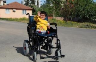 Bedeni 4 yaşında olan Harun, akülü arabasına...
