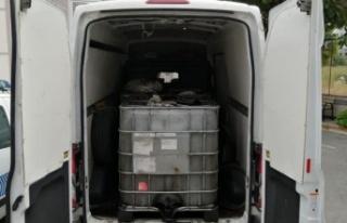 Şüpheli kamyonetten kaçak akaryakıt çıktı