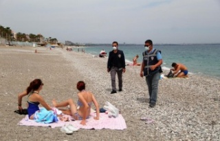 Antalya polisinden sahildeki turistlere de sıkı...