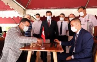 Başkan Yücel satranç turnuvasında öğrencilerle...