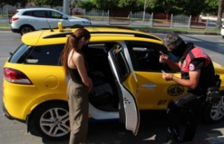 Genç kızın izin belgesiz ticari taksiyle yolculuğu...