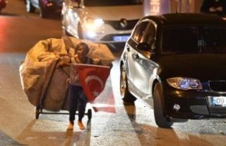Kağıt topladığı arabası ve elinde Türk bayrağıyla...
