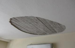 Kanepede nakış yapan kadının üzerine evin tavanı...