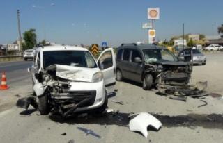 Servis yolundaki kazada araçlar hurdaya döndü,...