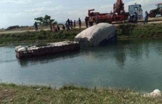 Tarım işçilerini taşıyan traktör sulama kanalına...
