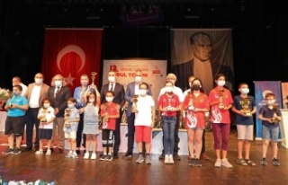 12. satranç turnuvasında 120 öğrenci ödülünü...
