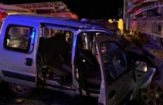 Alanya'da hafif ticari araç tıra çarptı:...