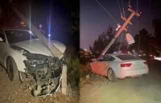 Alanya'da kaza: Otomobil elektrik direğine daldı