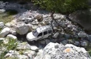 Alanya'da hafif ticari araç uçuruma yuvarlandı:...