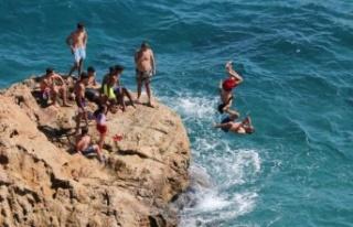 Antalya'da gençlerden ölüme davetiye çıkaran...
