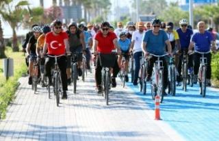 Başkan Yücel halkla birlikte pedal çevirdi