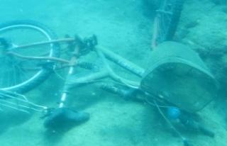 Denizin dibinde bisiklet, akü, araba lastiği, şişeler,...