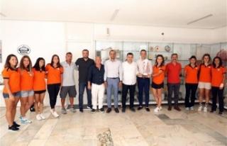 Hokey takımı kupasıyla Başkan Yücel'i ziyaret...