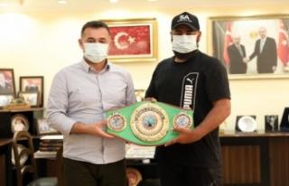 Şampiyon boksörden Başkan Yücel'e ziyaret