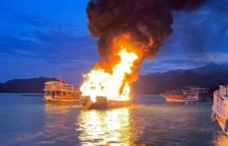 17 metrelik tur teknesi alev alev yandı