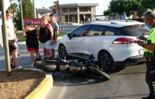 Kavşağa ters şeritten girince motosiklete çarptı:...