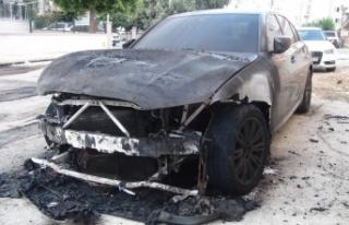 Lüks araba alev alev yandı, patlama sesi vatandaşları...