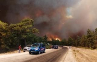 Manavgat'ta hızla büyüyen yangın yerleşim...
