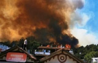 Marmaris'te alevler yerleşim yerlerini tehdit...