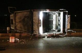 Otomobil ile çarpışan çöp kamyonu devrildi: 3...