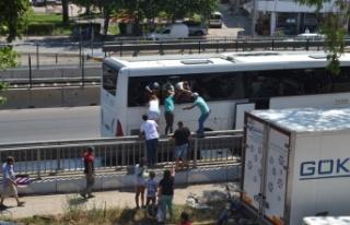 Turistler camı kırıp otobüsten atladı
