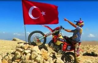 30 Ağustos'u 3 bin 24 rakımlı tepeye Türk bayrağı...