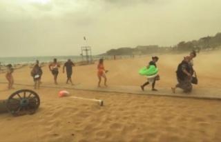 Alanya'da fırtına ve yağmur tatilcileri plajdan...