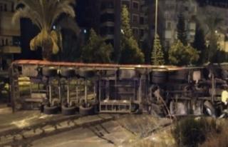 Alanya'da korkutan kaza! Tır yan yattı