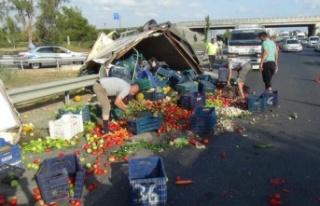 Meyve sebze yüklü kamyonet devrildi, karayolu manav...