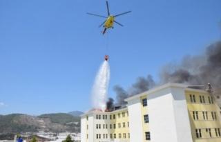 Yurt binasının çatısındaki yangına helikopterli...