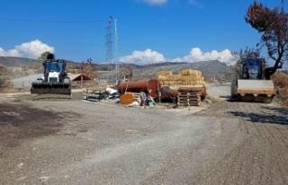 Afetzedeler için kurulan konteynırların önüne...